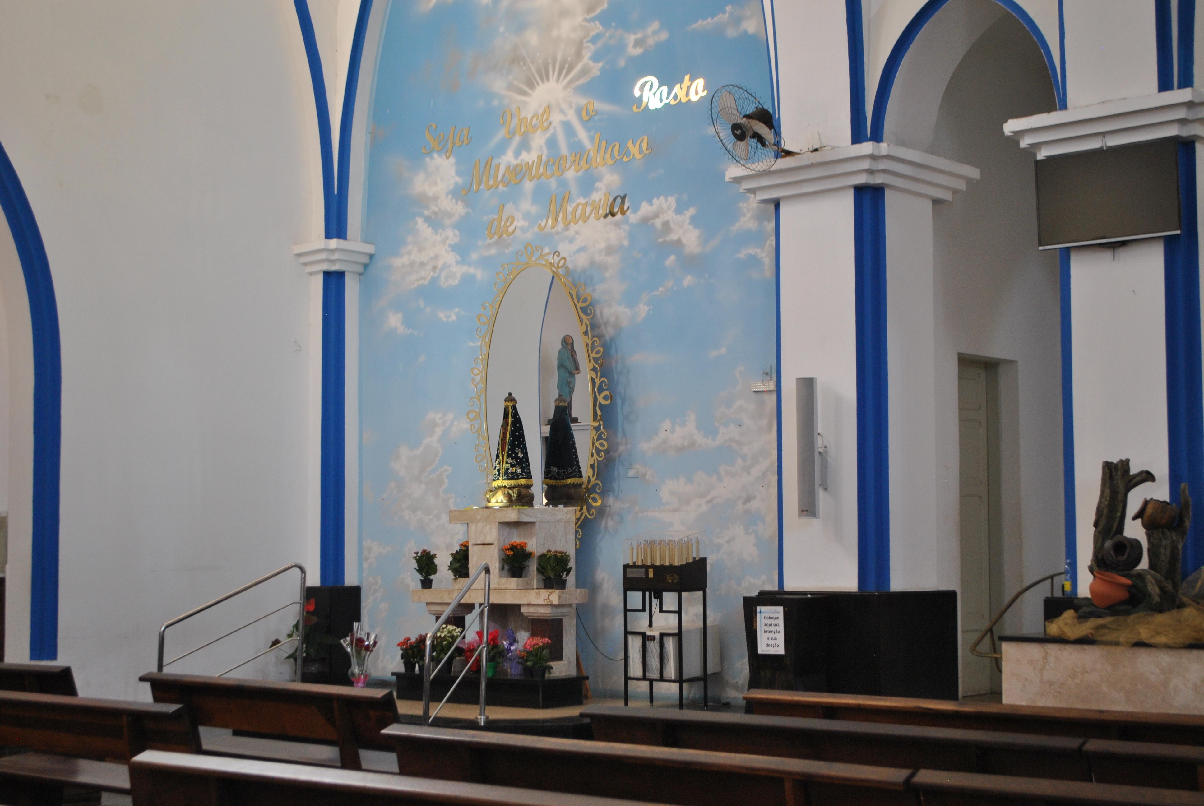 Mais um detalhe exibindo a instalação da coluna de som Line Array sem interferir na beleza do Santuário.